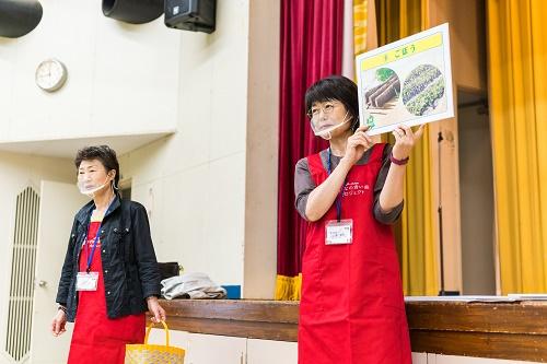 食に関するゲームを出題する青森県生活協同組合連合会の皆さん